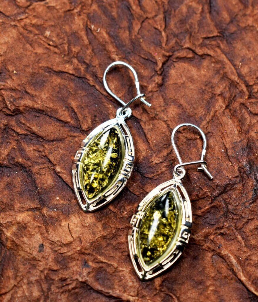 kolczyki srebro próba 925 bursztyn zielony zapięcie wiszące wzór grecki Amelia