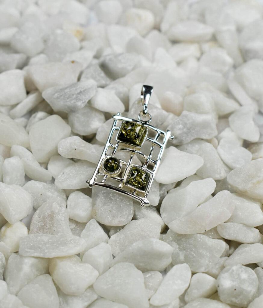 wisiorek mały srebrny próba 925 bursztyn zielony Mary