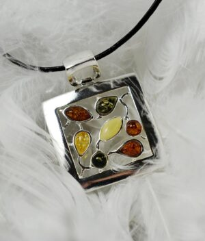 wisiorek srebrny próba 925 bursztyn mix kolotów z rzemykiem Agatha