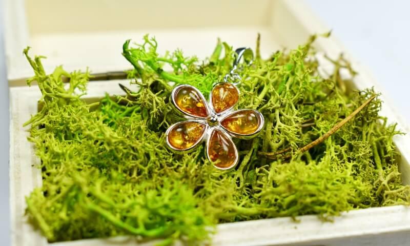 wisiorek srebrny proba 925 z bursztynem koniakowym kwiatek