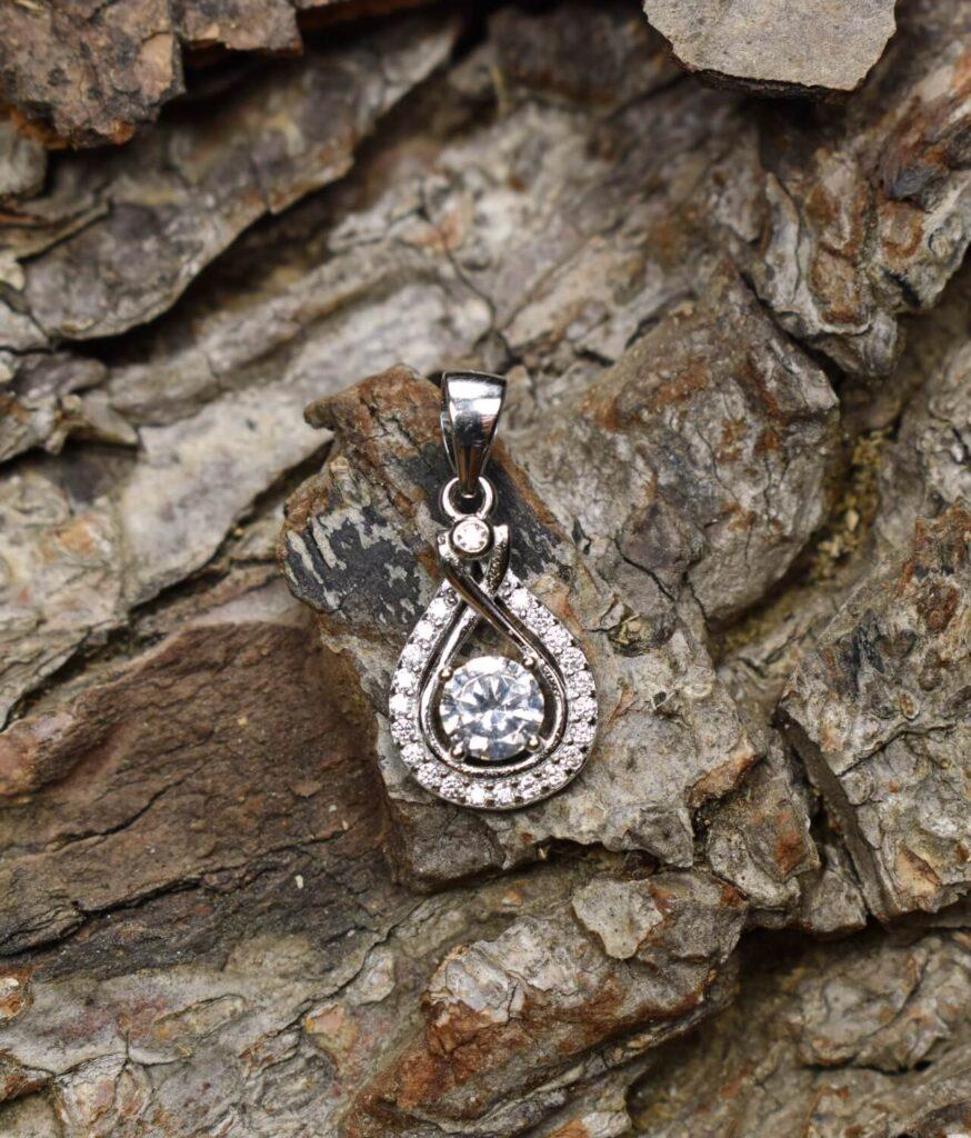 wisiorek srebrny próba 925 biała łezka z cyrkoniami