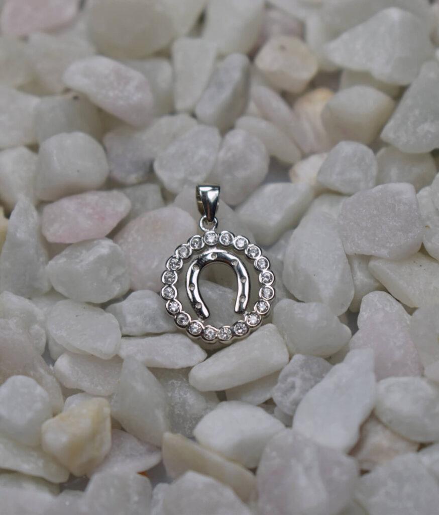 wisiorek srebrny próba 925 podkówka w kółeczku z cyrkoniami