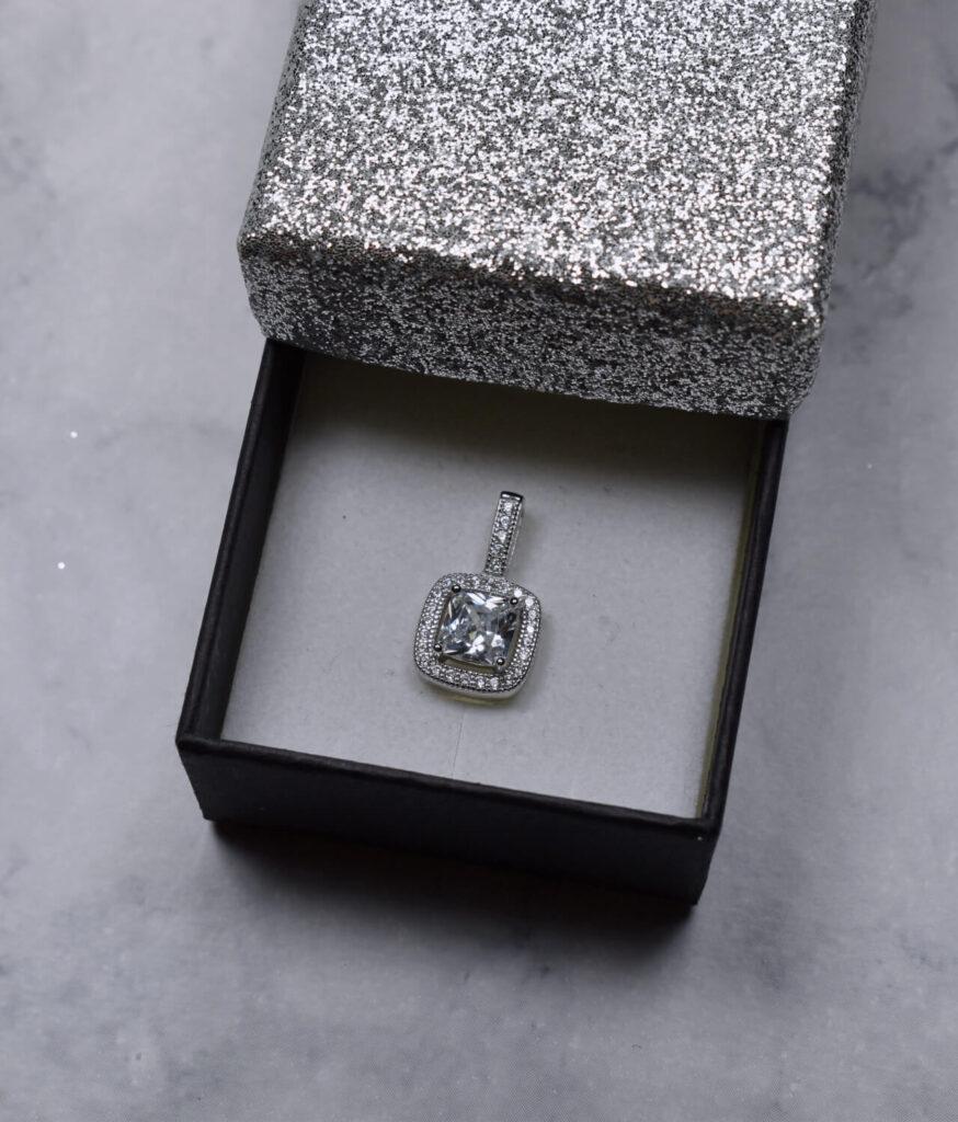 wisiorek srebrny próba 925 z cyrkonią kwadratową białą malutki