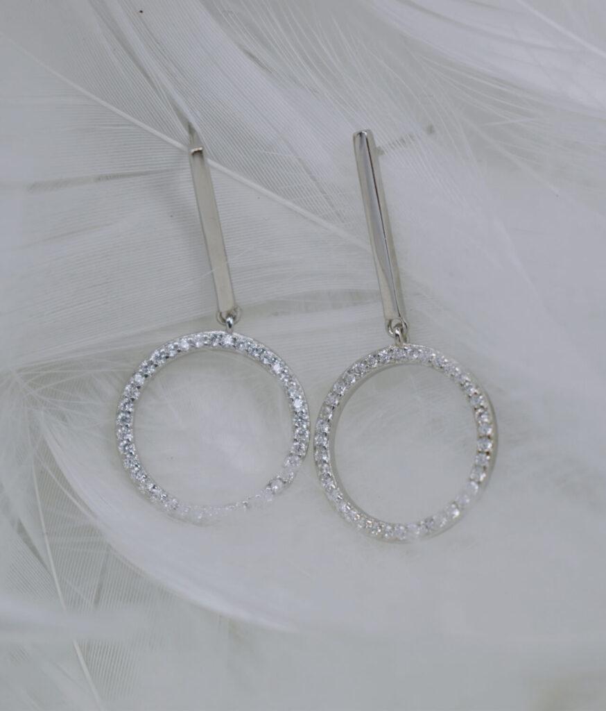 kolczyki srebrne próba 925 błyszczące kółeczko cyrkoniami na sztyft wiszące