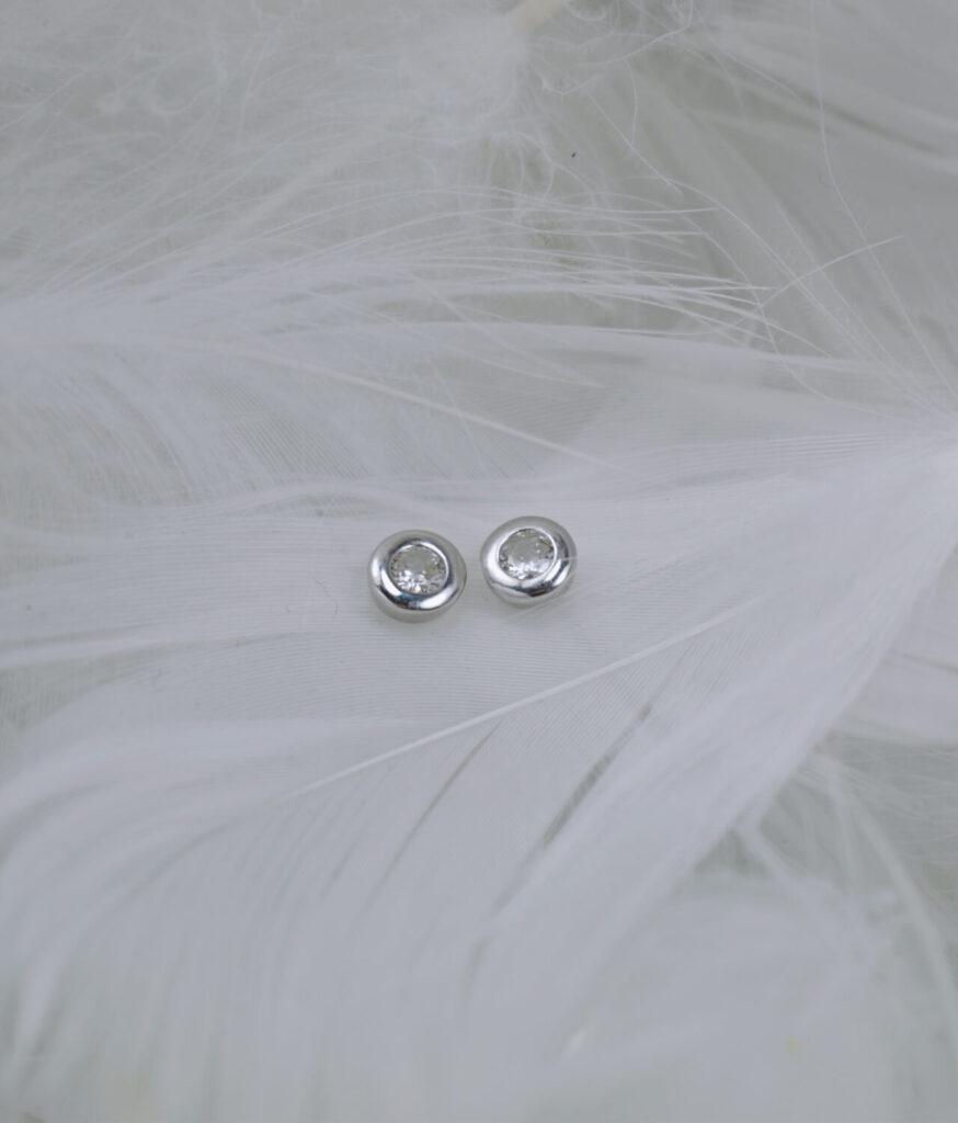 kolczyki srebrne próba 925 okrągłe punkciki z cyrkonią białą na sztyft