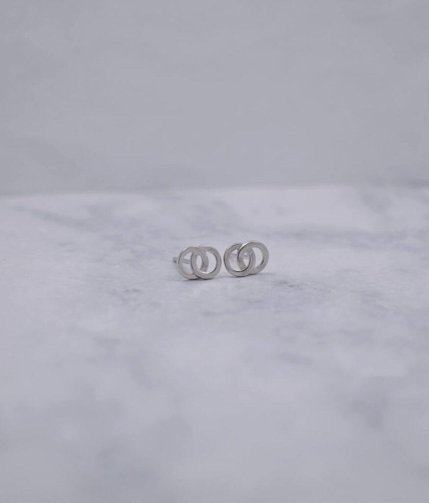 kolczyki srebrne próba 925 połączone kółeczka gładkie na sztyft