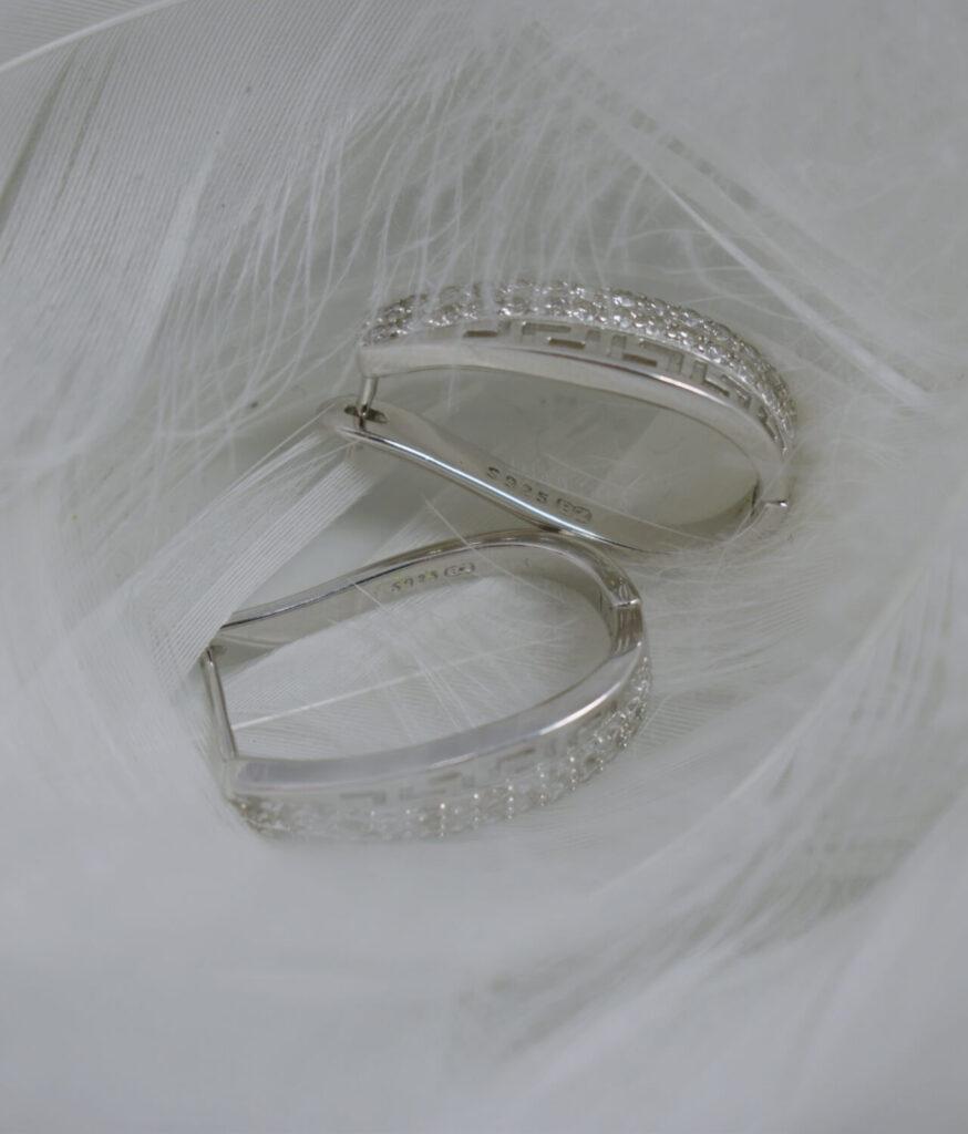 kolczyki srebrne próba 925 z greckim wzorem z cyrkoniami zapięcie angielskie