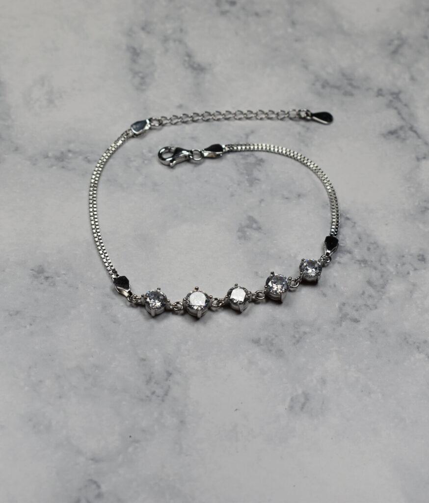 bransoletka srebrna próba 925 z białymi cyrkoniami na łańcuszku kostka